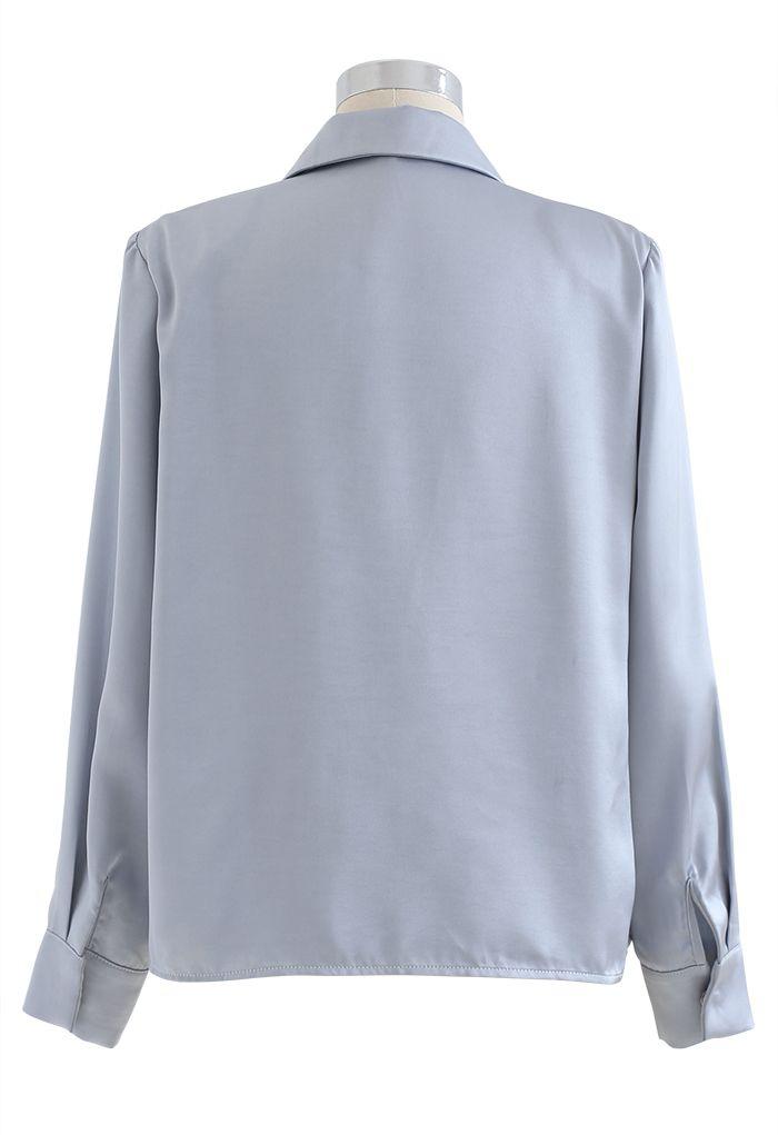 ビジューブローチ肩パッド入りサテンシャツ ブルー