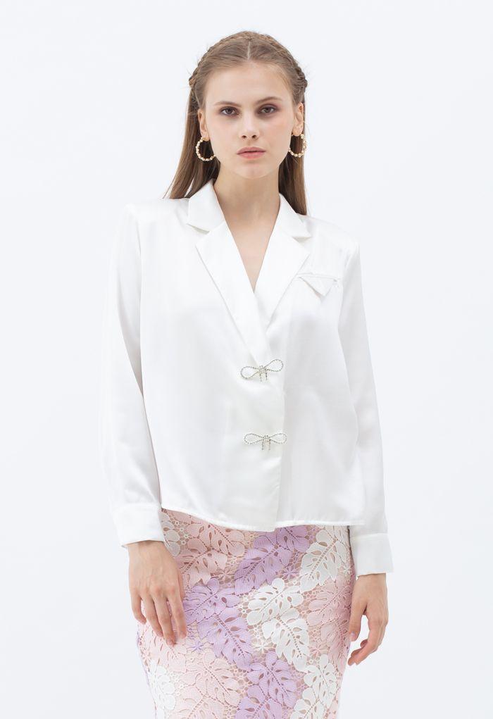 ビジューブローチ肩パッド入りサテンシャツ ホワイト