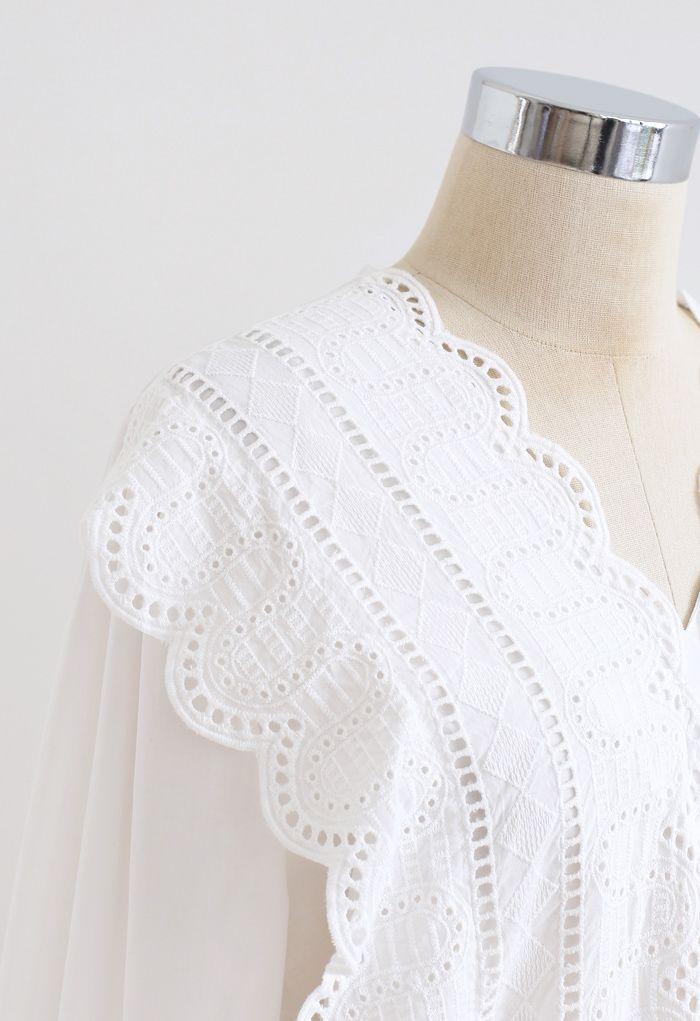 Vネックスカラップ刺繍シャツ